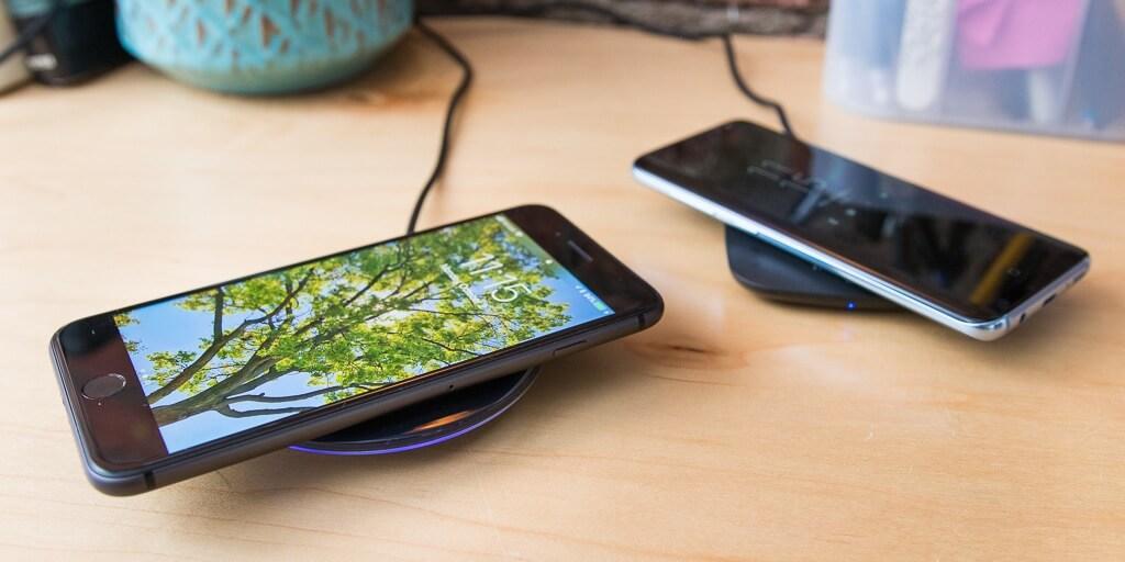 iphone и samsung на беспроводной зарядке