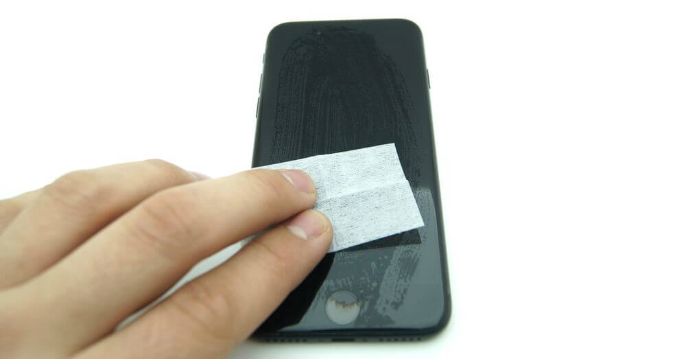 очистка экрана смартфона салфеткой